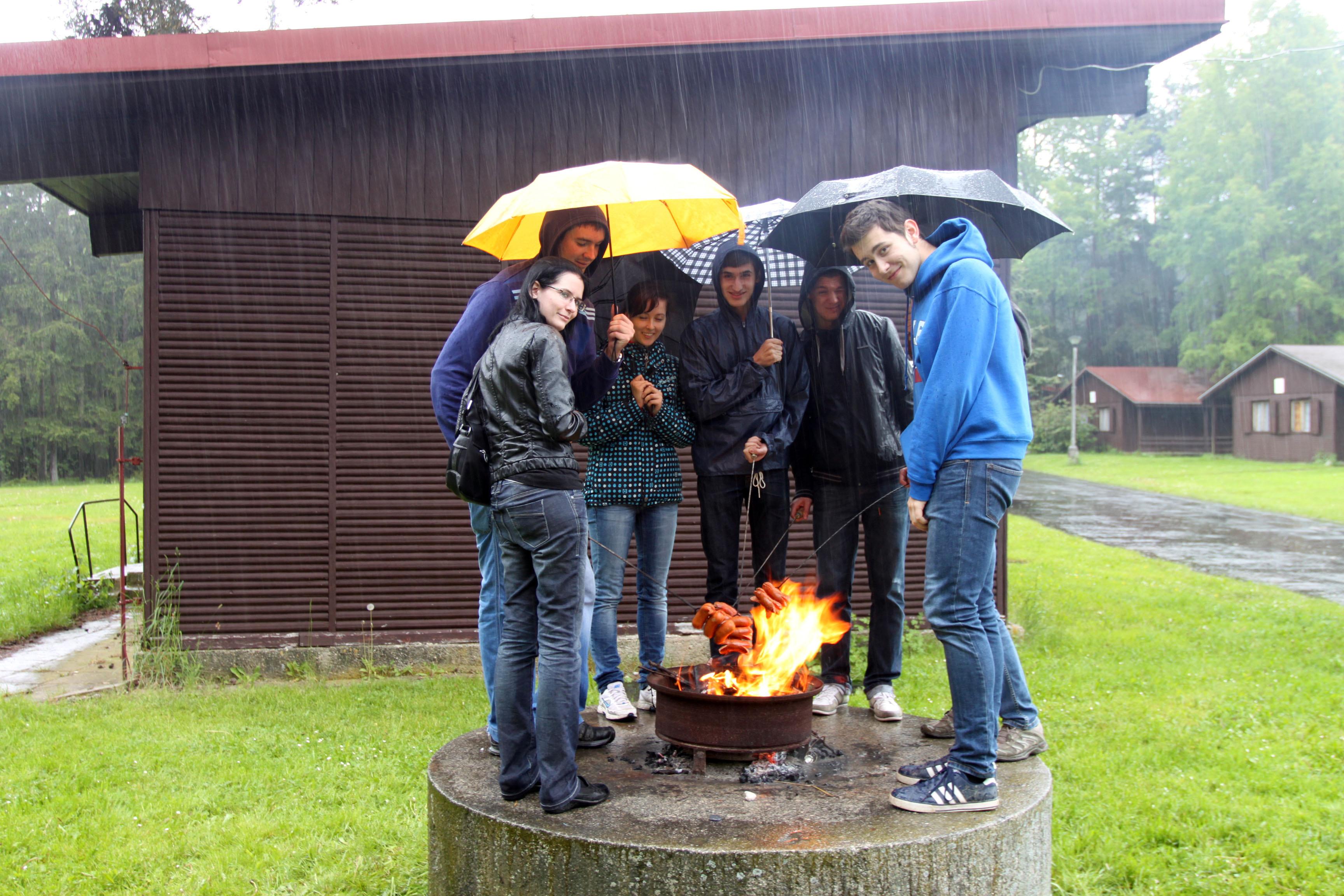 студенты жарят на природе